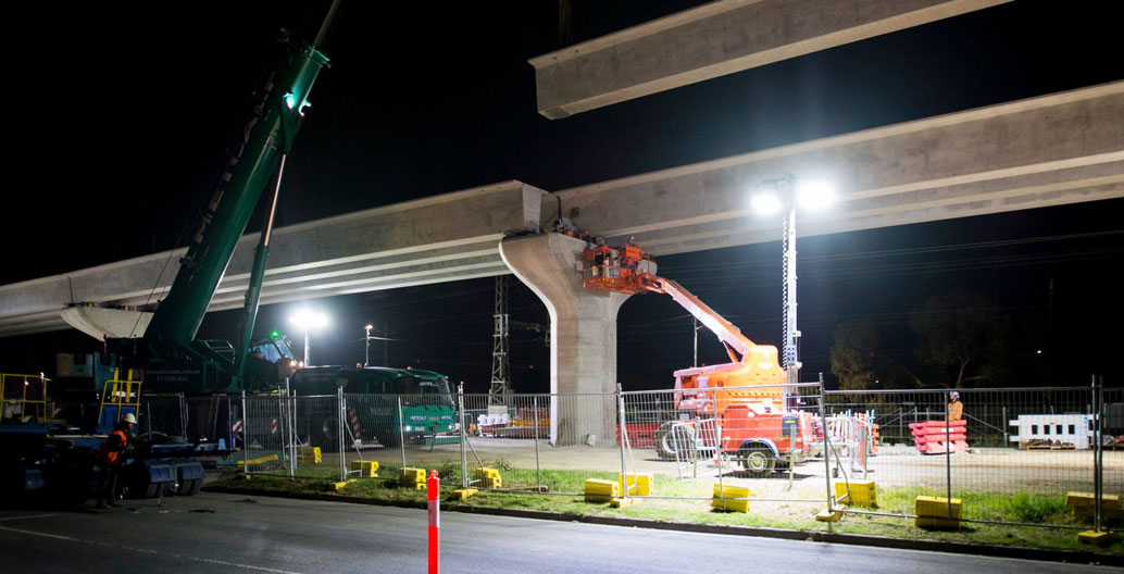 The last beam slotted into place between Clayton and Noble Park, totalling 384 beams spanning 2.8km. Image: LXRA.
