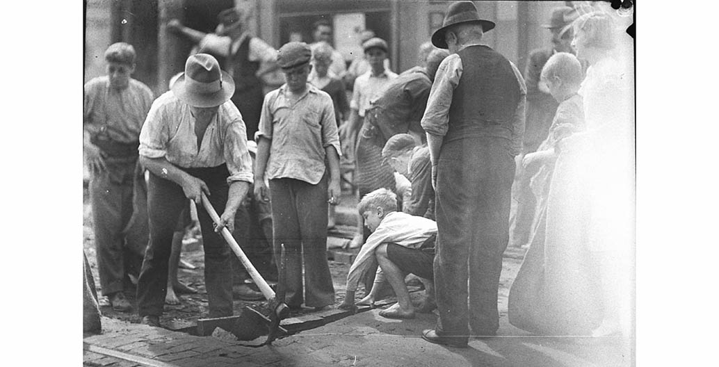 'Block boys' at St Peters, retrieving discarded wooden blocks Image: Sam Hood, courtesy State Library of NSW.