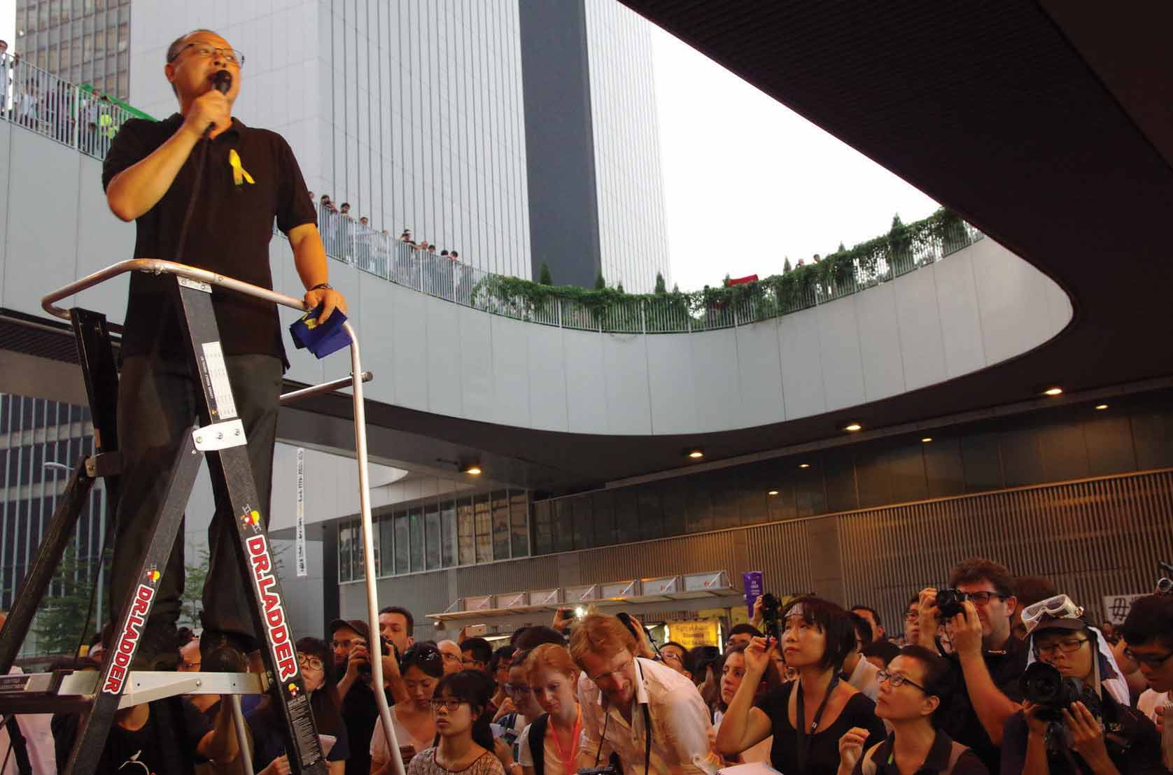 Umbrella Movement leader giving a speech while using the footbridges of Admiralty as a mezzanine, 2014. Photo: FX Pasquier