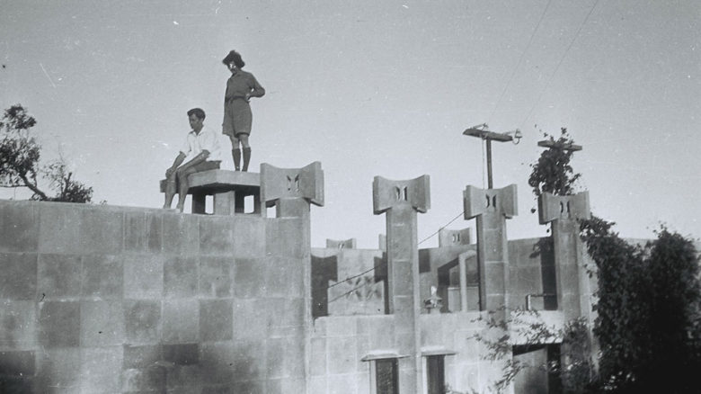 Creswick House at Castlecrag with Anice and Frank Duncan during construction circa 1930. (c) National Library of Australia